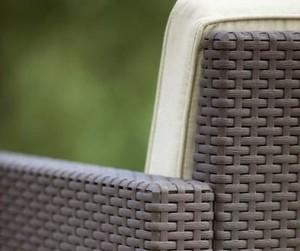 zoom sur un fauteuil en resine tressee